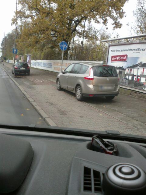 Parking na ścieżce rowerowej obok kortów tenisowych