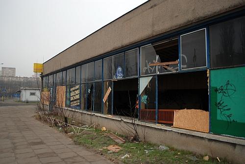 Niszczejący budynek po sklepie motoryzacyjnym przy ulicy Smolańskiej. Fot. G.Kaźmierczak PRS