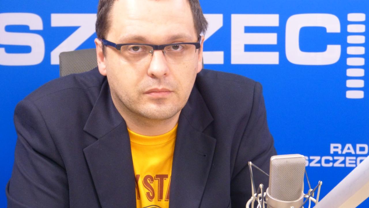 """Maciej Kasprzyk ze Stowarzyszenia Kibiców Pogoni Szczecin """"Portowcy"""" Fot. Andrzej Kutys [Radio Szczecin]"""