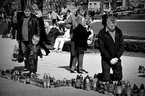 Polacy oddają hołd i modlą się w intencji ofiar
