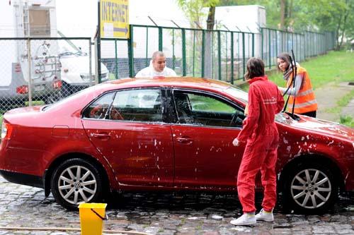 Umyli auto wykładowczyni, bo przegrali zakład