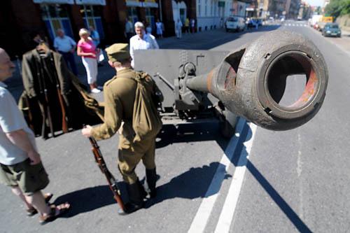 Wojskowy obóz z żołnierzami w mundurach z czasów II wojny światowej pojawił się na ulicy 5 lipca w Szczecinie. Fot. Łukasz Szełemej [PR Szczecin]