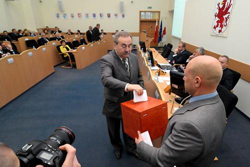 W głosowaniu tajnym były przewodniczący sejmiku zachodniopomorskiego otrzymał 21 głosów poparcia. Fot. Łukasz Szełemej [PR Szczecin]