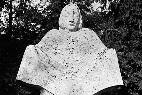 Rzeźba Ernsta Barlacha Matka Ziemia stanie ponownie na Cmentarzu Centralnym. Fot. www.sedina.pl