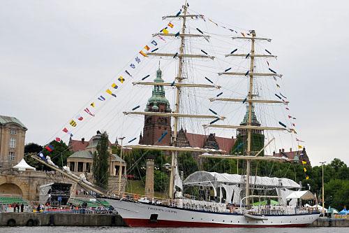 Tłumy turystów zwiedzają statki w Szczecinie