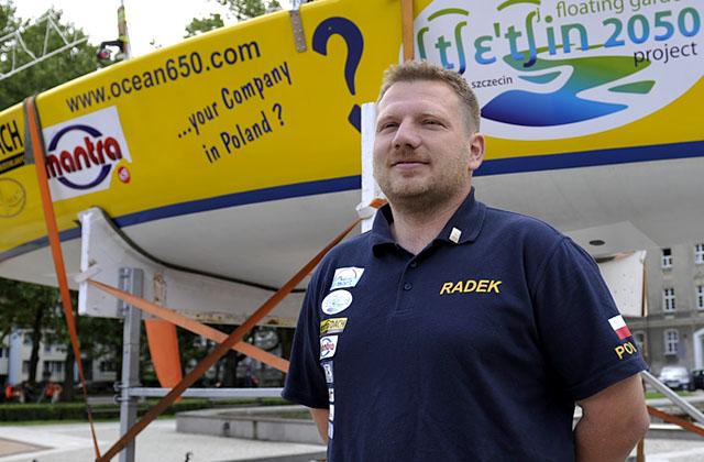 Radek Kowalczyk ma pieniądze i popłynie w najtrudniejszych regatach żeglarzy samotników na świecie - Mini Transat 2011. Fot. Łukasz Szełemej [PR Szczecin]