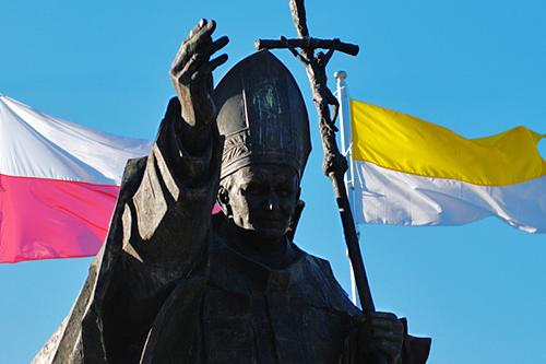 Kilkadziesiąt osób w żółtych chustach będzie dziś od 10 kwestować na głównych ulicach Szczecina na rzecz zdolnej młodzieży z małych miast i wiosek. Fot. Łukasz Szełemej [PR Szczecin/Archiwum]