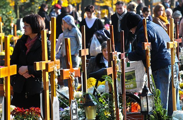 Tysiące odwiedzających Cmentarz Centralny
