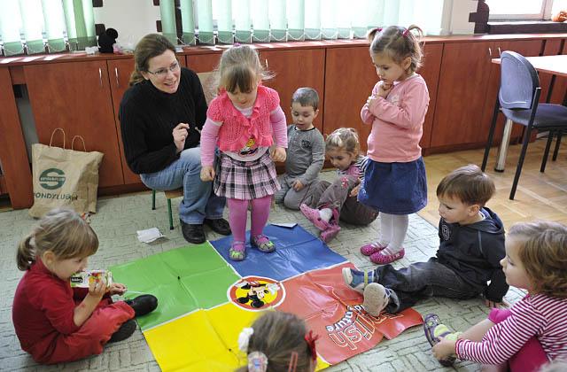 Laura ze Szczecina uczy się, poprzez zabawę, języka angielskiego. Fot. Łukasz Szełemej [PR Szczecin]