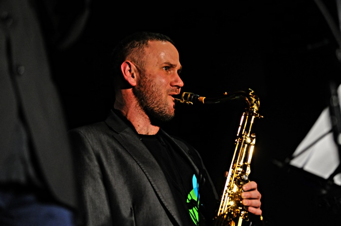 """Saksofonista Sylwester Ostrowski zaprezentował w środę wieczorem w stolicy utwory z najnowszego albumu """"When the groove is low"""". Fot. Łukasz Szełemej [PR Szczecin]"""