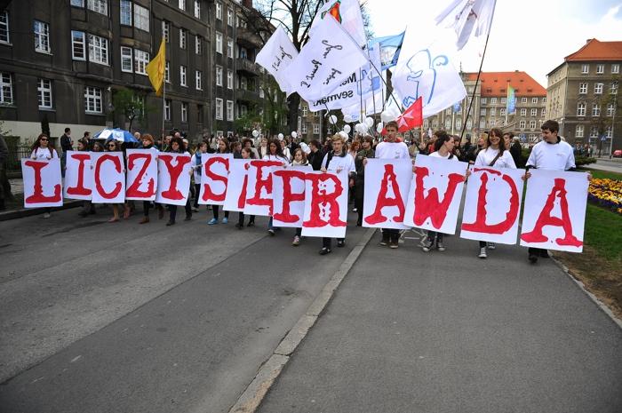 Około 10 tysięcy ludzi wyruszyło z Jasnych Błoni w 10. Szczecińskim Marszu Dla Życia. Fot. Łukasz Szelemej [PR Szczecin]