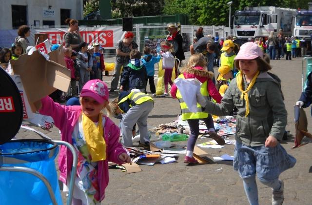 """""""Odjazd śmieci"""" - pod takim hasłem odbyła się dziś w Szczecinie edukacyjna zabawa, którą zorganizowała spółka Remondis. Wzięło w niej udział 400 szczecińskich przedszkolaków. Fot. Materiały spółki Remondis."""