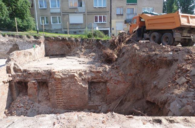 Podczas wykopów poprzedzających budowę kamienicy na szczecińskim Podzamczu archeolodzy odkryli tam dwukondygnacyjne piwnice. Teraz zostaną one odkopane i zinwentaryzowane. Fot. Grzegorz Gibas [PR Szczecin]