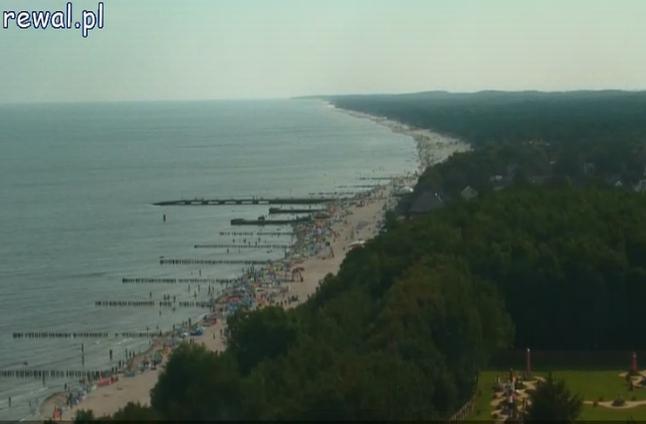 Najbardziej zaawansowana technologicznie jest kamera zamontowana na latarni morskiej w Niechorzu w gminie Rewal. Pokazuje plaże zarówno z dużej, jak i bliskiej odległości. Fot. www.rewal.pl.