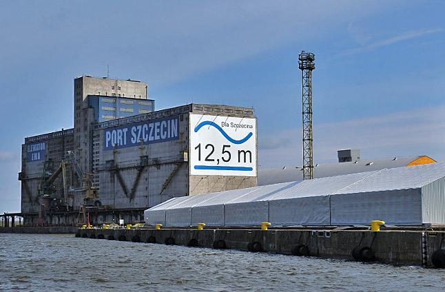Urząd Morski w Szczecinie wybrał już firmę, która zajmie się umocnieniem brzegów ośmiokilometrowego odcinka toru wodnego w rejonie Świnoujścia. Fot. Łukasz Szełemej [Radio Szczecin/Archiwum]
