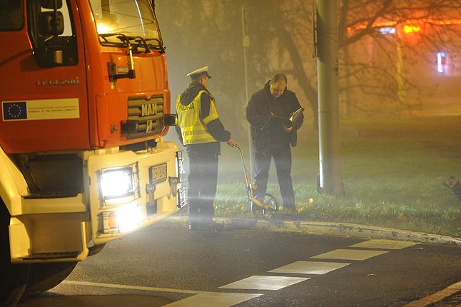 Eksplozja zniszczyła dwa pawilony i barierkę oddzielającą chodnik od jezdni. Fot. Łukasz Szełemej [Radio Szczecin]