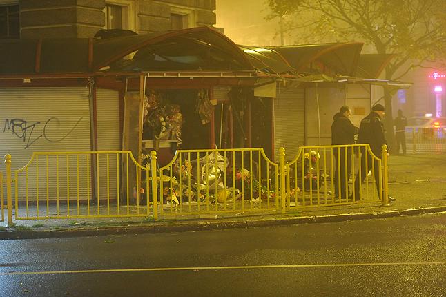Eksplozja zniszczyła dwa pawilony i barierkę oddzielającą chodnik od jezdni. Fot. Łukasz Szełemej [Radio Szczecin] U kwiaciarek eksplodowała butla z gazem [ZDJĘCIA, WIDEO, AKTUALIZACJA]