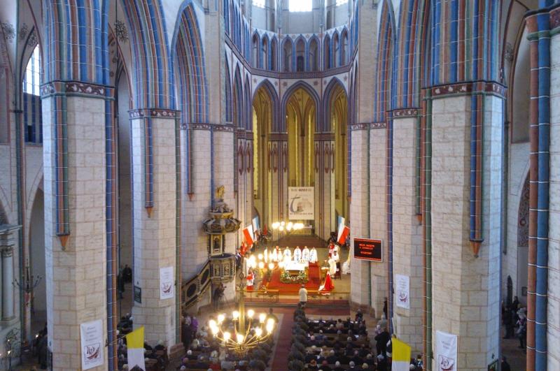 Odprawę na rynku poprzedziła msza święta w Kolegiacie NMP Królowej Świata. Fot. Marek Synowiecki [Radio Szczecin]