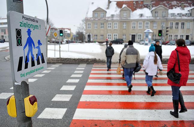Tablice zawisły na skrzyżowaniach, gdzie jest sygnalizacja świetlna, a w pobliżu są szkoły i przedszkola. Fot. Łukasz Szełemej [Radio Szczecin]