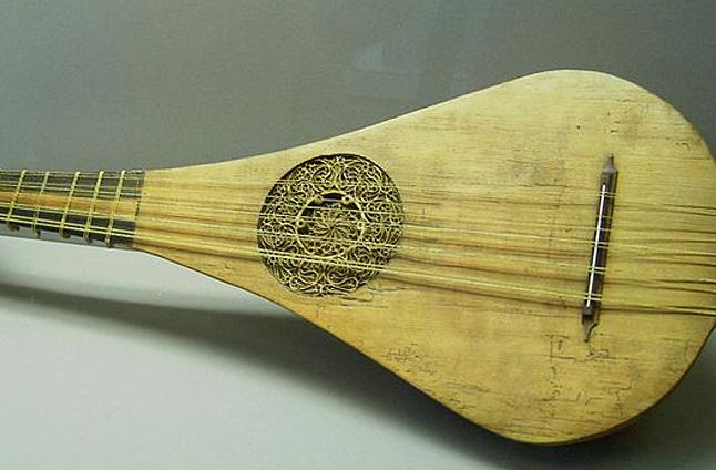 Szczecinianin Stanisław Mazurek chce odtworzyć średniowieczną giternę. Instrument znaleziono w Elblągu. Szacuje się, że pochodzi z XII wieku. Fot. pl.wikipedia.org, Ingersoll