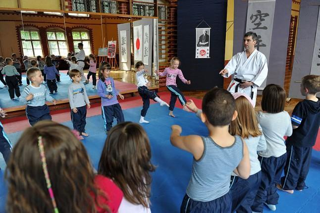 Nauka gry na afrykańskich bębnach, zajęcia karate albo warsztaty fotograficzne - to wakacyjna oferta Pałacu Młodzieży w Szczecinie dla uczniów zerówek i podstawówek. Fot. Łukasz Szełemej [Radio Szczecin]
