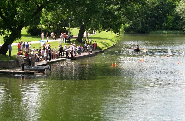 Jednostki, w wersji mini, pojawiły się na wodzie, w ramach konkursu modeli pływających zdalnie sterowanych przez młodych mieszkańców Szczecina. Fot. Tobiasz Madejski [Radio Szczecin]