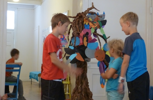 Dzieci tworzą z papieru. Zrobili drzewo genealogiczne