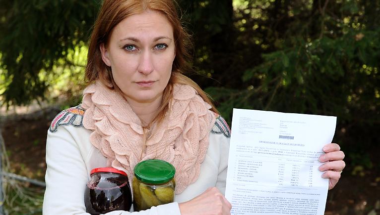 Dżemy, syropy i marynowane grzyby przygotowane przez panią Katarzynę poszły na spłatę długu jej męża. Teraz trafią na komorniczą licytację. Fot. Łukasz Szełemej [Radio Szczecin]