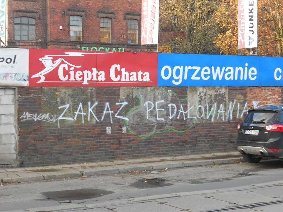 """""""Zakaz pedałowania"""" i """"śmierć tęczowym"""" na murze w Szczecinie"""