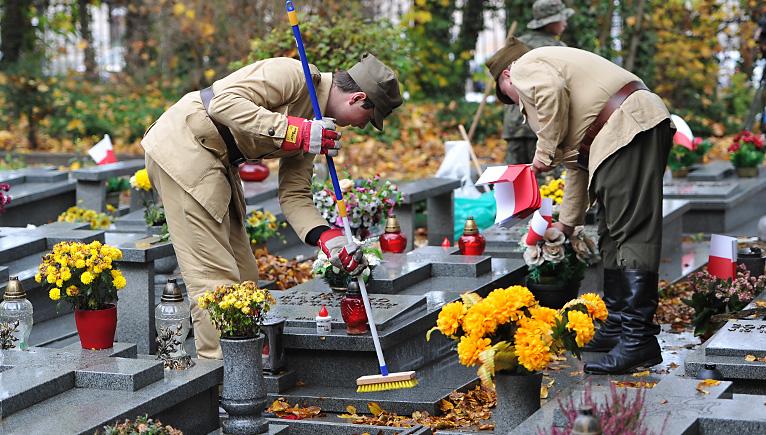 Znicz dla bohatera. Pamiętają o polskich żołnierzach, którzy zginęli za niepodległość [DUŻO ZDJĘĆ]