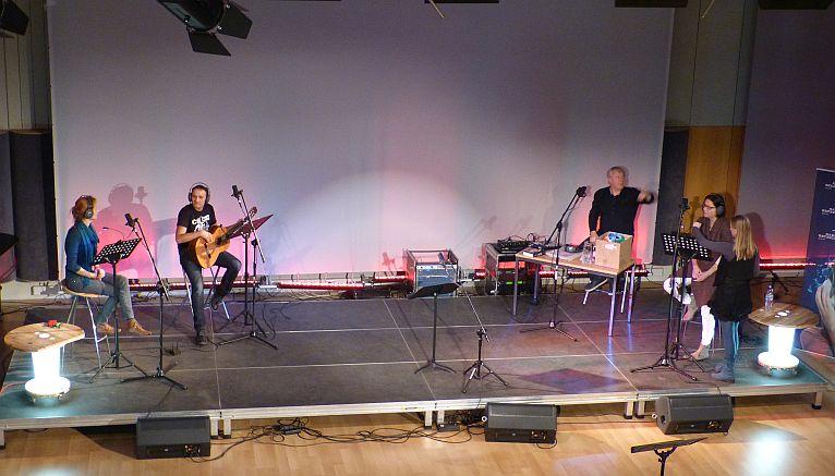 Młodzi widzowie oraz szczecińscy aktorzy nagrali w poniedziałek wieczorem słuchowisko w studiu koncertowym Radia Szczecin. Fot. Sylwia Polachowska [Radio Szczecin]