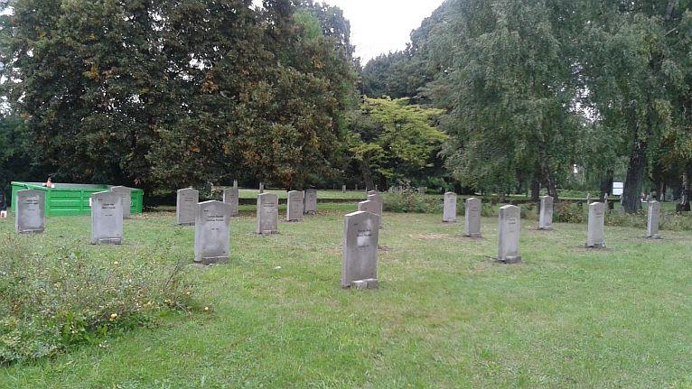 Remont zabytkowych nagrobków. Spoczywają tu żołnierze i jeńcy wojenni