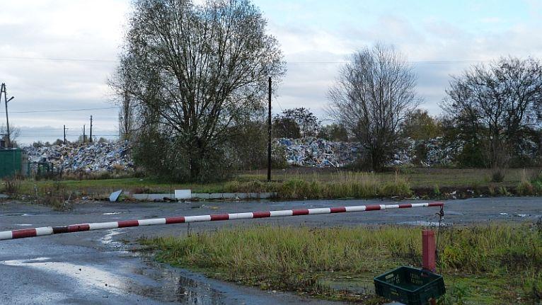 Hałdy śmieci wkrótce znikną z Polic - obiecują dzierżawcy działki przy ulicy Kamiennej. Fot. Mariusz Niedźwiecki [Radio Szczecin/Archiwum]
