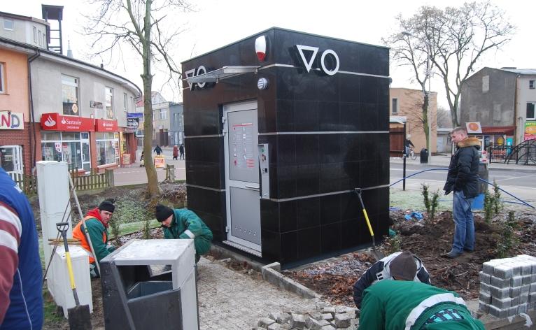 Granitowy szalet stanął w centrum Goleniowa. Fot. Paweł Palica [Radio Szczecin]
