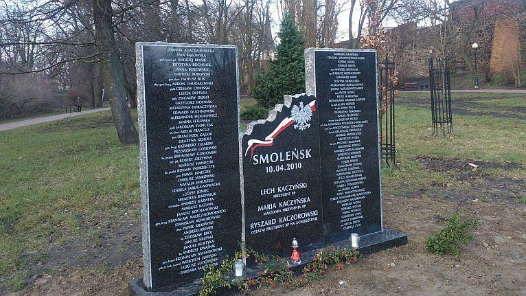 Pomnik upamiętniający ofiary katastrofy smoleńskiej stanął w Stargardzie Szczecińskim - zdecydowała o tym rada miasta. Fot. Marek Synowiecki [Radio Szczecin]