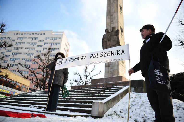 Kilkudziesięciu przedstawicieli stowarzyszeń zebrało się w niedzielne południe przed Pomnikiem Wdzięczności dla Armii Radzieckiej przy pl. Żołnierza. Fot. Łukasz Szełemej [Radio Szczecin]
