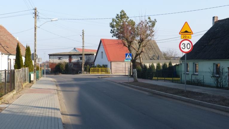 Koniec kłopotów mieszkańców Warzymic. Półmetrowy krawężnik zniknął