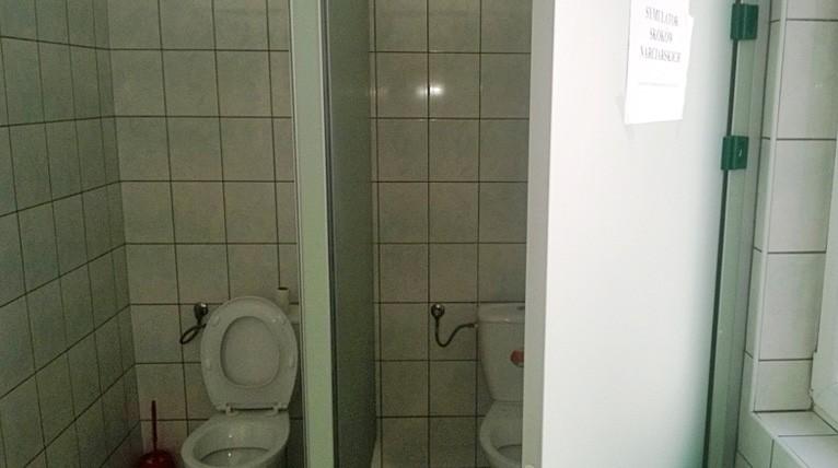 """Sami policjanci starają się robić dobrą minę do złej gry. W łazience jednego z komisariatów, gdzie nie ma deski klozetowej, powiesili kartkę z napisem """"symulator skoków narciarskich"""". Fot. Internauta"""