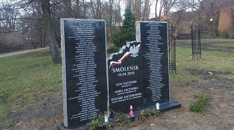 Ktoś pomazał pomnik ofiar katastrofy smoleńskiej