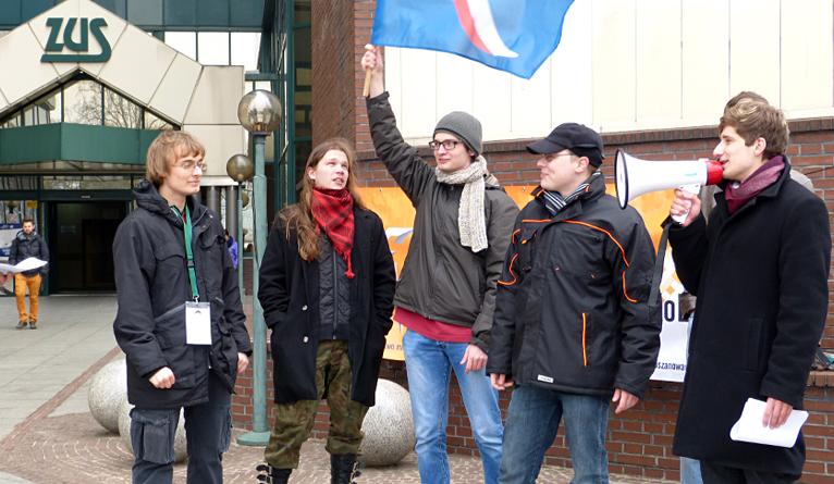 Przeciwnicy opodatkowania umów śmieciowych pikietowali przed ZUS-em