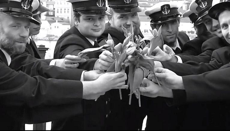 Studenci Akademii Morskiej zatańczyli i zaśpiewali dla pań w Pradze [WIDEO]