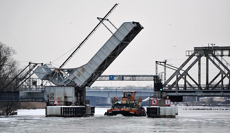 Ponad stuletni most nad Regalicą zepsuty. W poniedziałek wieczorem powinien być naprawiony