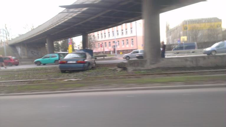 Wypadek na Gdańskiej. Osobówka wylądowała na torowisku