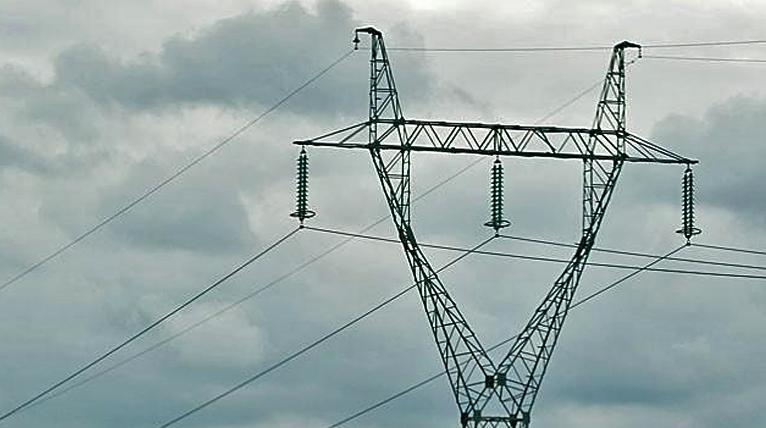 Zachodniopomorskie: około 35 tysięcy osób bez prądu. To silny wiatr pozrywał sieci trakcyjne