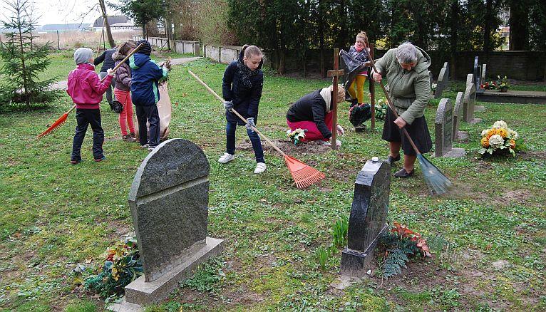 Mali wolontariusze zadbali o groby w Kamieniu Pomorskim