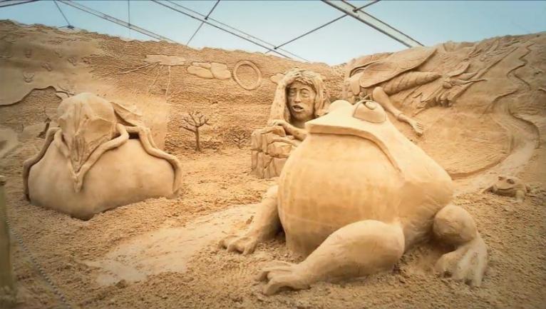 Bohaterowie historii biblijnych wyrzeźbieni w piasku [WIDEO]