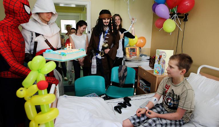 W środę bohaterowie znani z komiksów, filmów i gier komputerowych odwiedzili chłopca na oddziale kardiologii dziecięcej w szpitalu przy ulicy Arkońskiej w Szczecinie. Fot. Łukasz Szełemej [Radio Szczecin]