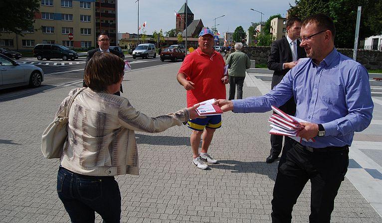 Politycy PiS-u rozdali biało-czerwone flagi