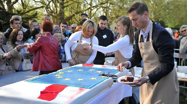 Tłumy szczecinian na Błoniach i gigantyczna kolejka po europejski tort [ZDJĘCIA, WIDEO]
