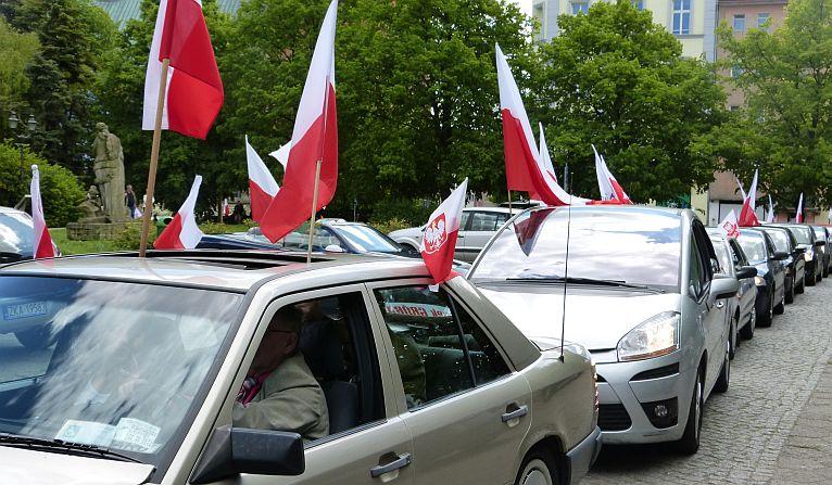 Ponad 30 samochodów, każdy z polską flagą [WIDEO]